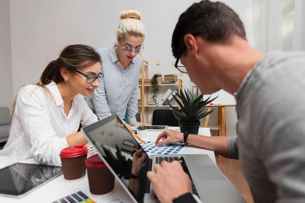 Partnerzy firmy pracujący w biurze Darmowe Zdjęcia