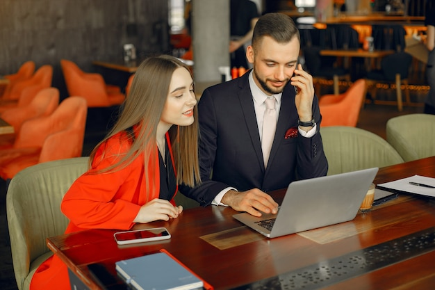 Partnerzy siedzący przy stole i pracujący w kawiarni Darmowe Zdjęcia