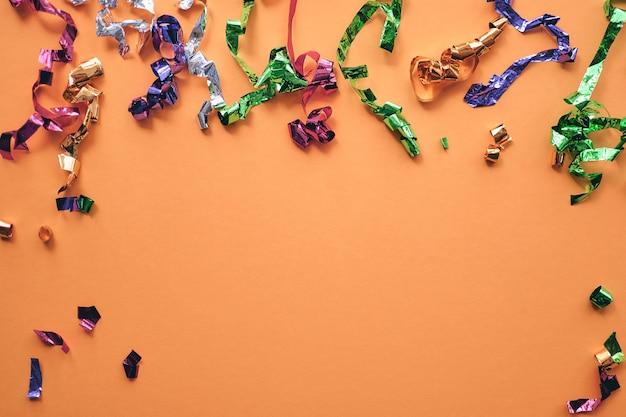 Party Kolorowe Konfetti Na Pastelowym Tle Papieru. Błyszczy, Brokat, Lśniąca Ramka. Leżał Płasko, Widok Z Góry, Kopiuj Baner Przestrzeni. Premium Zdjęcia