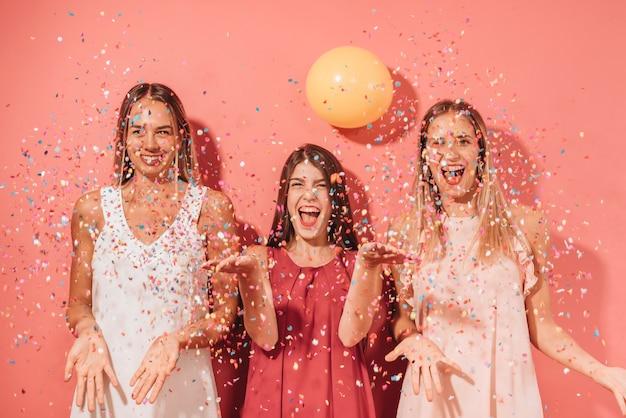 Partyjni Przyjaciele Pozuje Z Confetti Darmowe Zdjęcia