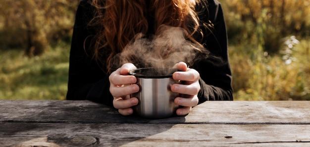Parujący Kubek Herbaty W Rękach Dzieci. Premium Zdjęcia