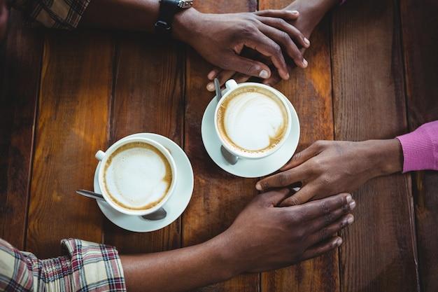 Pary Mienia Ręki Podczas Gdy Mieć Kawę Premium Zdjęcia