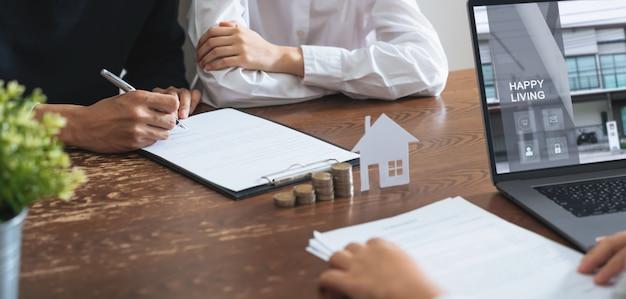 Pary podpisały umowę na zakup domu od brokera. Premium Zdjęcia