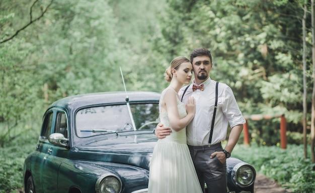 Pary ślubny Obejmowanie W Lesie Premium Zdjęcia