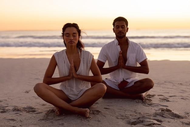 Pary spełniania joga na plaży wpólnie Darmowe Zdjęcia