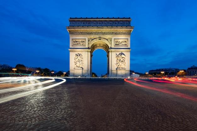 Paryska Ulica W Nocy Z łuku Triumfalnego W Paryżu, Francja. Premium Zdjęcia
