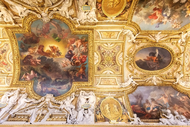 Paryż, francja, 15 stycznia 2016: widok piękna luwru sufit wewnątrz muzeum, jeden z najczęściej odwiedzanych miejsc na świecie. Premium Zdjęcia