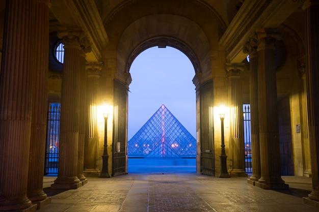 Paryż, francja styczeń 15, 2015: powierzchowność louvre muzeum, jeden sławny muzeum w paryż. Premium Zdjęcia