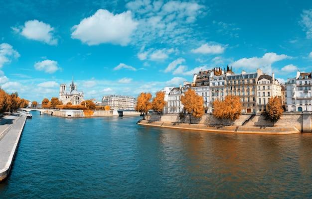 Paryż, panorama nad sekwaną z katedrą notre-dame jesienią Premium Zdjęcia