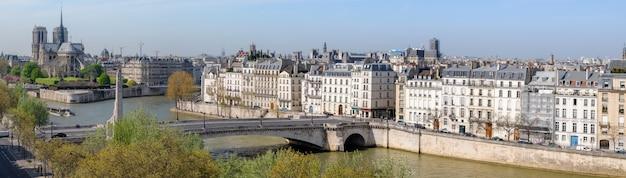 Paryż, Widok Z Lotu Ptaka Nad Sekwaną W Kierunku Katedry Notre Dame Premium Zdjęcia