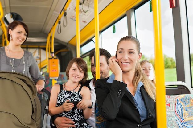 Pasażerowie w autobusie Premium Zdjęcia