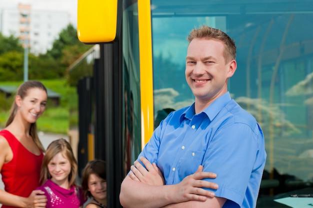 Pasażerowie Wsiadający Do Autobusu Premium Zdjęcia