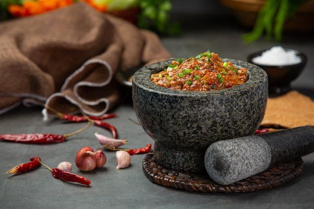 Pasta Ong Chili W Moździerzu Ozdobiona Pięknymi Dodatkami. Darmowe Zdjęcia