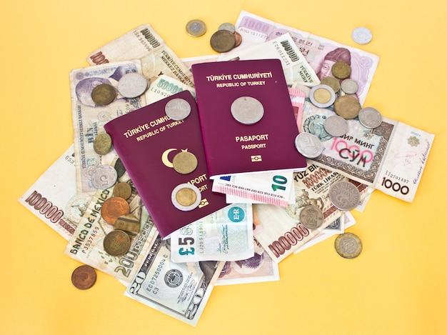 Paszporty Zagraniczne I Pieniądze Z Różnych Krajów Premium Zdjęcia