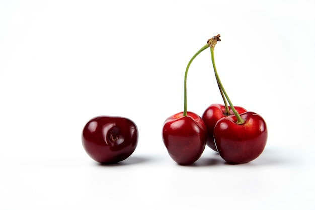 Pęczek Czerwonych Wiśni Na Białym Tle Darmowe Zdjęcia