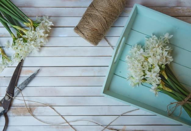 Pęczek kwiatów ciętych i dzianych rustykalnymi nićmi Darmowe Zdjęcia