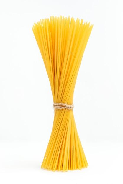 Pęczek Surowego Spaghetti Związany Sznurkiem Na Białej Powierzchni Premium Zdjęcia