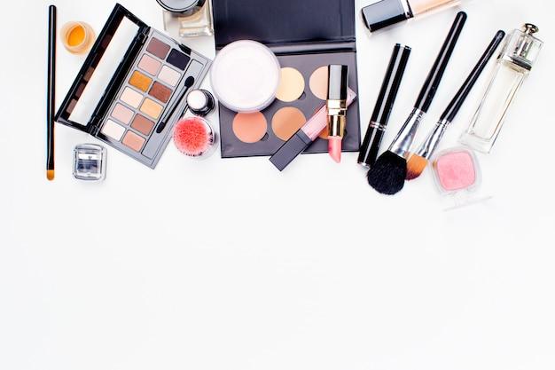 Pędzel I Kosmetyk Na Białym Tle. Widok Z Góry. Premium Zdjęcia