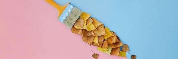 Pędzel Rysuje Farbami Z Liści, Kreatywna Koncepcja Opadania Liści Jesienią. Premium Zdjęcia