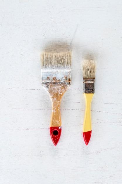 Pędzel. sztuki i rzemiosła narzędzie na białym tle. zbliżenie. Premium Zdjęcia