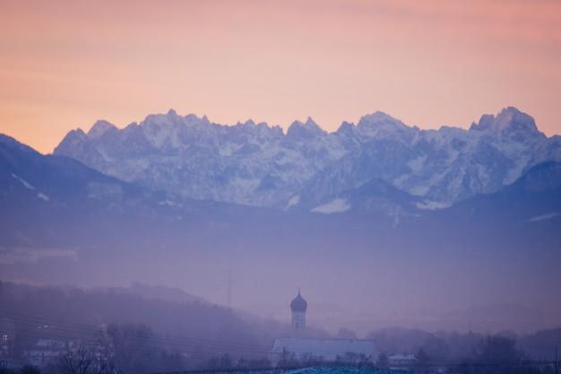 Pejza? Ujęcie Fioletowej Scenerii Z Pomarańczowym Niebem Górskim W Tle Darmowe Zdjęcia
