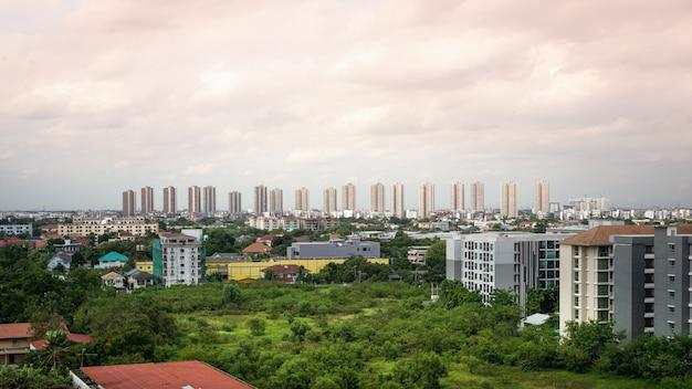 Pejzaż Miejski I Budynek W Muang Thong Thani, Tajlandia. Premium Zdjęcia