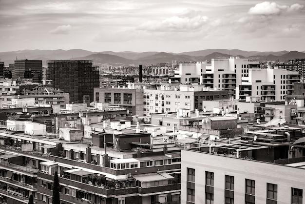 Pejzaż Miejski Z Dachów Kilku Budynków Mieszkalnych Barcelony W Czerni I Bieli Premium Zdjęcia
