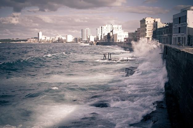 Pejzaż Miejski Z Hawany Malecon Premium Zdjęcia