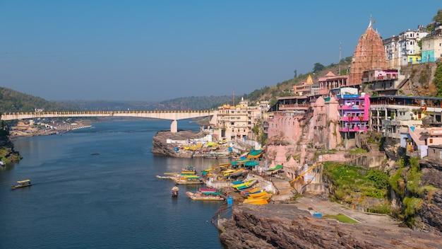Pejzaż Omkareshwar, Indie, święta świątynia Hinduska. święta Narmada, Pływające łodzie. Premium Zdjęcia