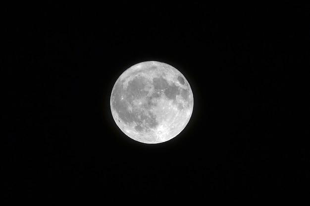 Pejzaż Strzał Białego Księżyca W Pełni Z Czarnym Kolorem Tła Darmowe Zdjęcia