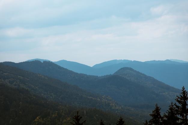 Pejzaż Strzał Błękitnych Gór Z Pochmurnego Nieba Ponury Darmowe Zdjęcia