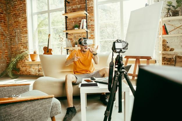 Pełen Emocji. Kaukaski Bloger Z Profesjonalnym Aparatem Nagrywającym W Domu Przegląd Wideo Okularów Vr Darmowe Zdjęcia