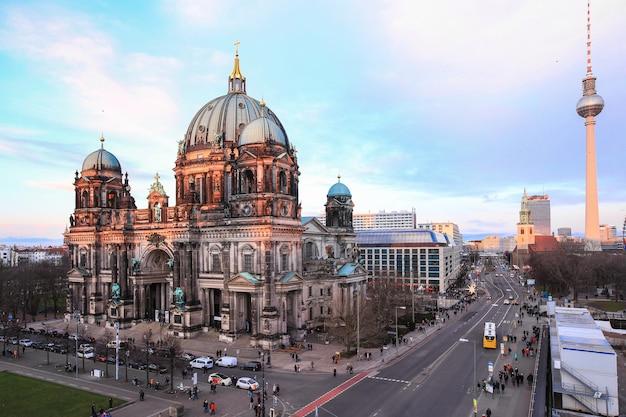 Pełen turystów cieszy zwiedzanie berlińskiej katedry, berliner dome w ciągu dnia, berlin, niemcy Premium Zdjęcia