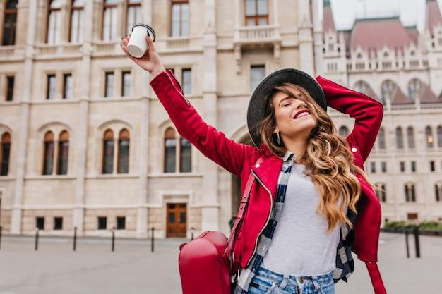 Pełen Wdzięku Kobieta W Modnym Stroju Casual, Ciesząca Się Europejską Podróżą W Weekend Darmowe Zdjęcia