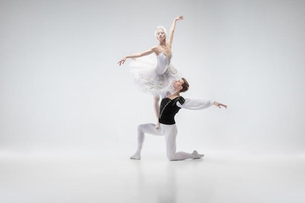 Pełen Wdzięku Taniec Tancerzy Baletu Klasycznego Para W Delikatnych Białych Ubraniach Przypominających Postacie Białego łabędzia. Koncepcja łaski, Artysty, Ruchu, Akcji I Ruchu. Darmowe Zdjęcia