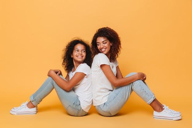Pełna Długość Dwóch Uśmiechniętych Afrykańskich Sióstr Darmowe Zdjęcia