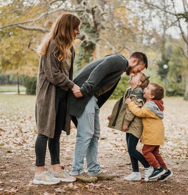 Pełne Ujęcie Dzieci I Rodziców W Plenerze Darmowe Zdjęcia