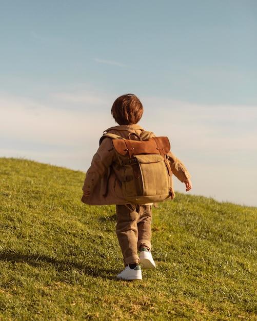 Pełne Ujęcie Dzieciaka Z Plecakiem Darmowe Zdjęcia
