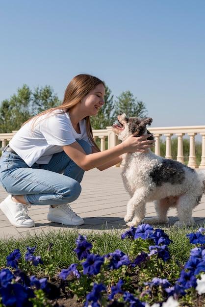 Pełne Ujęcie Dziewczyny I Słodkiego Psa Na Zewnątrz Darmowe Zdjęcia
