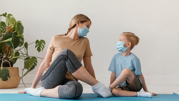 Pełne Ujęcie Kobiety I Dziecka W Maskach Na Twarz Darmowe Zdjęcia