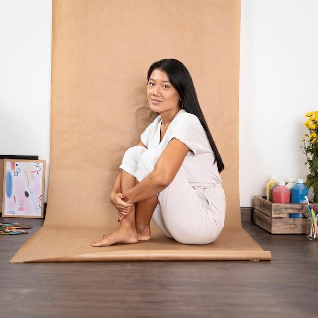 Pełne Ujęcie Kobiety Pozowanie W Pomieszczeniu Darmowe Zdjęcia