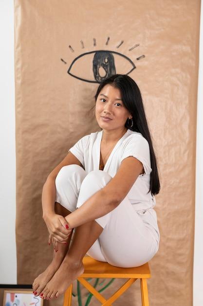 Pełne Ujęcie Kobiety Siedzącej Na Krześle Darmowe Zdjęcia