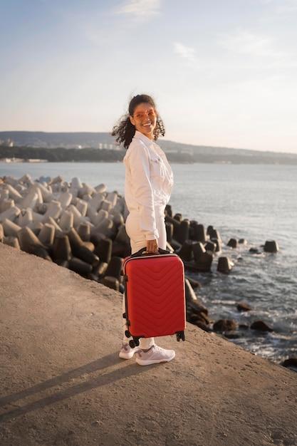 Pełne Ujęcie Kobiety Z Bagażem Darmowe Zdjęcia