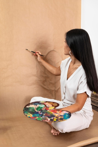 Pełne Ujęcie Malarstwa Kobiety Premium Zdjęcia