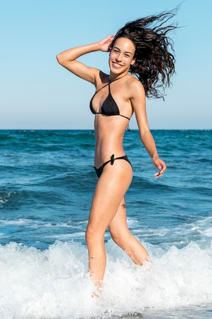 Pełne Ujęcie Pięknej Dziewczyny Na Plaży Darmowe Zdjęcia