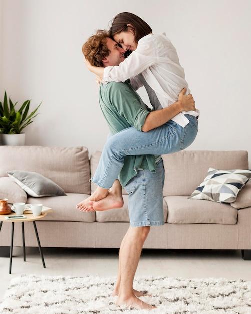 Pełne Ujęcie Przytulanie Pary Darmowe Zdjęcia