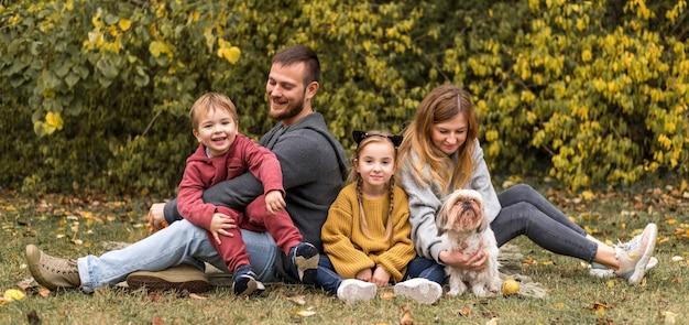 Pełne Ujęcie Rodziców, Dzieci I Psa Na Zewnątrz Darmowe Zdjęcia