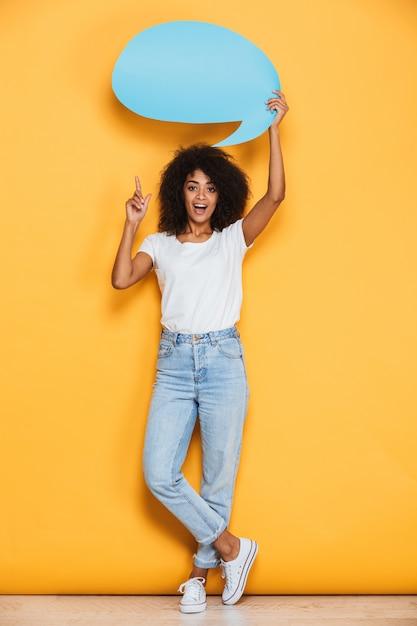 Pełnej Długości Portret Podekscytowanej Młodej Afrykańskiej Kobiety Premium Zdjęcia