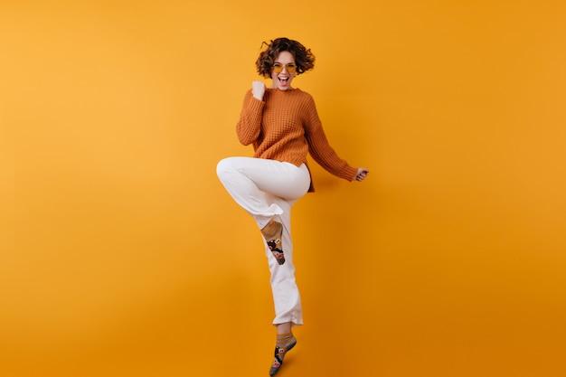 Pełnometrażowe Zdjęcie Eleganckiej Modelki Europejskiej Tańczącej Z Podniecenia Darmowe Zdjęcia