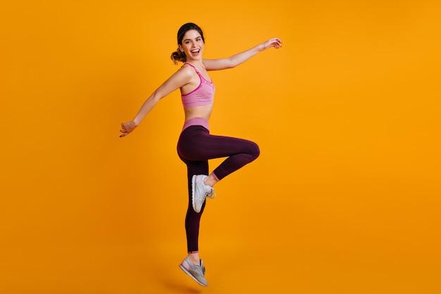 Pełnometrażowy Portret Tańczącej Kobiety Sportowy Darmowe Zdjęcia
